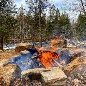 Gigantesque espace feu en pleine nature au M Resort & Spa, resort privé en forêt.